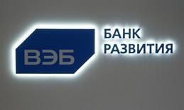 Логотип ВЭБа на стенде компании на ПМЭФ. Внешэкономбанк получил в первом квартале 2016 года чистый убыток по международным стандартам отчетности в размере 58,3 миллиарда рублей из-за отчислений в резервы против убытка в 9,5 миллиарда рублей в первом квартале прошлого года, сообщил банк. REUTERS/Sergei Karpukhin