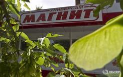 Магазин Магнит в Москве. Крупнейший в РФ ритейлер Магнит в июне 2016 года увеличил выручку на 13,5 процента в годовом сравнении до 89,1 миллиарда рублей, сообщила компания. REUTERS/Maxim Shemetov