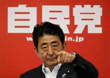 Премьер-министр Японии Синдзо Абэ на пресс-конференции после победы его коалиции на выборах. Токио, 11 июля 2016 года. Премьер-министр Японии Синдзо Абэ после уверенной победы правящей коалиции на выборах распорядился о новых мерах экономического стимулирования на фоне спада в корпоративном секторе из-за слабого спроса. REUTERS/Toru Hanai