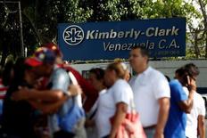 Сотрудники Kimberly-Clarkстоят рядом с заводом компании в Маракай.  Социалистическое правительство Венесуэлы сообщило в понедельник, что возьмет под свой контроль и возобновит деятельность завода, остановленного американским производителем средств личной гигиены Kimberly-Clark Corp из-за экономического кризиса в стране. REUTERS/Carlos Jasso