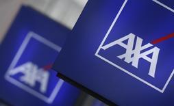 Parmi les valeurs de l'assurance recherchées à la mi-séance, Axa prend 4,91% vers 12h55, quand le CAC affiche une hausse de 1,76% à 4.339,7 points./Photo d'archives/REUTERS/Christian Hartmann