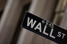 Wall Street a ouvert en hausse mardi, au lendemain des nouveaux records inscrits par l'indice S&P-500. Quelques minutes après l'ouverture, le Dow Jones progresse de 0,41% à 18.300,93 points, tandis que le S&P-500 avance de 0,53% et le  Nasdaq de 0,59%. /Photo d'archives/REUTERS/Eric Thayer
