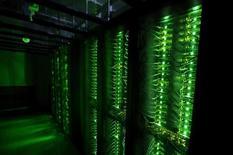 Un nuevo pacto para la transferencia de datos comerciales entre la Unión Europea y Estados Unidos entró en vigor el martes, poniendo fin a meses de incertidumbre sobre los intercambios de datos transfronterizos de compañías como Google, Facebook y Microsoft, al que podrán acogerse a partir del 1 de agosto. En la imagen de archivo, servidores de almacenamiento de datos en un centro de Hafnarfjordur, Islandia, el 7 de agosto de 2015. REUTERS/Sigtryggur Ari