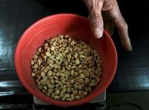 Un trabajador pesa granos de café en una fábrica en Pueblo Bello, Colombia. 29 de enero de 2014. Las exportaciones de café de Colombia podrían caer a casi la mitad en julio debido a una huelga de camioneros que lleva más de un mes, dijo el martes el gerente de la Federación Nacional de Cafeteros, Roberto Vélez, a Reuters. REUTERS/Jose Miguel Gomez