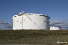 Нефтехранилища Enbridge Inc. в Кушинге, Оклахома 24 марта 2016 года. Избыток нефти на мировых рынках не сокращается и выступает основным сдерживающим фактором роста цен на чёрное золото, несмотря на сильное увеличение спроса и существенное снижение добычи странами, не входящими в ОПЕК, сообщило Международное энергетическое агентство (МЭА) в среду.  REUTERS/Nick Oxford