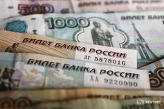 Рублевые банкноты в Варшаве 22 января 2016 года. Федеральный бюджет РФ в первом полугодии был исполнен с дефицитом 1,51 триллиона рублей, или 4,0 процента ВВП, сообщило министерство финансов. REUTERS/Kacper Pempel