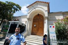 Полицейский у здания французского консульства в Стамбуле 13 июля 2016 года. Франция приостановила работу дипмиссий в Турции и отменила приемы по случаю национального праздника - Дня взятия Бастилии - из-за опасений по поводу безопасности, сообщило в среду посольство в Анкаре. REUTERS/Murad Sezer