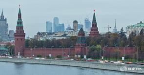Вид на Кремль, МИД и деловой район Москвы 18 октября 2011 года. Международный валютный фонд улучшил прогноз экономики России на 2016 год и ожидает теперь, что она сократится на 1,2 процента, а не на 1,5 процента, ожидавшиеся в мае. REUTERS/Anton Golubev