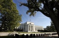 Вид на здание ФРС США в Вашингтоне 16 сентября 2015 года. Факторы, сдерживающие рост мировой экономики, означают, что денежно-кредитная политика в США является умеренно, но не чрезмерно, стимулирующей, и Федеральной резервной системе следует сохранять её в таком виде до тех пор, пока уровень занятости и инфляция не достигнут целевых показателей, заявил высокопоставленный чиновник ФРС в среду. REUTERS/Kevin Lamarque