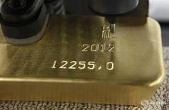 Автомат гравирует слиток золота на заводе Красцветмет в Красноярске 12 апреля 2012 года. Золотовалютные резервы РФ на конец прошлой недели составили $394,7 миллиарда, увеличившись на $1 миллиард в основном за счет переоценки валют и активов, входящих в структуру резервов. REUTERS/Ilya Naymushin