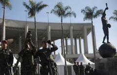 Soldados participam de exercício de patrulha militar em frente ao estádio do Maracanã, no Rio de Janeiro, para os Jogos Olímpicos. 09/07/2016 REUTERS/Ricardo Moraes