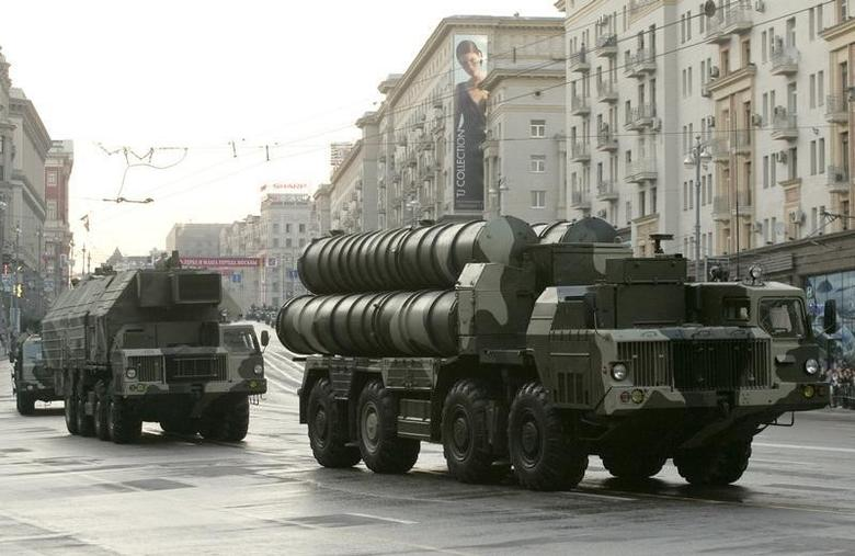 Russian S-300 anti-missile rocket system move along a central street during a rehearsal for a military parade in Moscow May 4, 2009. REUTERS/Alexander Natruskin
