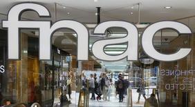 Vers 13h00, Fnac gagne 3,51%. L'Autorité de la concurrence a donné son feu vert lundi au rapprochement avec Darty, sous réserve de la cession de six magasins à Paris et dans la région parisienne. Au même moment le CAC recule de 1,12% à 4309,09 points. /Photo d'archives/REUTERS/Jacky Naegelen