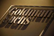 El banco estadounidense Goldman Sachs <GS.N> comunicó el martes un alza del 78 por ciento en su beneficio trimestral gracias a al incremento del resultado de sus operaciones con bonos y al control de gastos.  En la imagen un rótulo con el logo del banco en la recepción de las oficinas de Goldman Sachs en Australia, el 18 de mayo de 2016. REUTERS/David Gray
