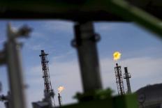 El regulador del sector petrolero mexicano aprobó el martes licitar 15 bloques en contratos de producción compartida para la exploración y extracción de hidrocarburos en aguas someras del Golfo de México. En la imagen, una refinería de la empresa estatal petrolera mexicana, Pemex, situada en Salamanca, Guanajuato, el 8 de febrero de 2016. REUTERS/Edgard Garrido