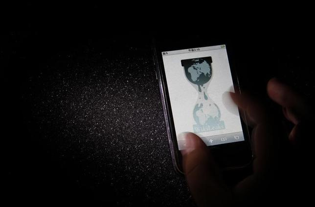 The logo of the Wikileaks website is pictured on a smartphone in this picture illustration taken in Tokyo November 29, 2010.    REUTERS/Toru Hanai