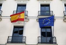 Es probable que la Comisión Europea retrase hasta después del verano su decisión sobre si debe suspender los fondos destinados a España y Portugal, dijo el miércoles un vicepresidente del Ejecutivo comunitario.  Imagen de las banderas de España y la UE en un edificio en Madrid, España, el 18 de mayo de 2016. REUTERS/Juan Medina