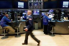 Трейдеры на фондовой бирже в Нью-Йорке. 19 июля 2016 года. Американские фондовые индексы повышаются в среду благодаря квартальным отчетам Morgan Stanley и Microsoft, которые поддержали оптимизм инвесторов относительно финансового состояния компаний. REUTERS/Brendan McDermid