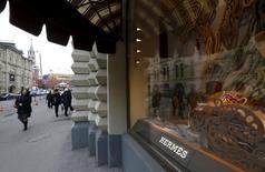 Hermès International a fait mieux qu'attendu et accéléré la cadence au deuxième trimestre malgré un contexte devenu très difficile pour le luxe. /Photo prise le 9 septembre 2015/REUTERS/Sergei Karpukhin