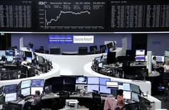 Las bolsas europeas se mantenían planas el jueves, ante las ganancias del grupo de productos de consumo Unilever y el productor de aluminio Norsk Hydro, aunque los valores de las aerolíneas caían con fuerza. En la imagen, unos operadores en la Bolsa de Fráncfort, el 20 de julio de 2016.     REUTERS/Staff/Remote