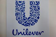 Логотип Unilever на фабрике в Сен-Дизье. Гигант среди производителей потребительских товаров Unilever сообщил о превысившем прогнозы росте продаж за второй квартал, однако этот рост произошёл благодаря повышению цен, и компания подтвердила годовые цели с учётом ухудшающейся ситуации на глобальных рынках и ужесточения конкуренции в первом полугодии. REUTERS/Philippe Wojazer