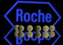 Таблетки Roche на фоне логотипа Roche. Швейцарский фармпроизводитель Roche отчитался о скорректированной чистой прибыли за первые шесть месяцев текущего года, которая превзошла ожидания аналитиков благодаря хорошим продажам препаратов Perjeta и Rituxan, а также разовому доходу, полученному от деятельности пенсионного фонда компании.  REUTERS/Dado Ruvic/Illustration/File Photo
