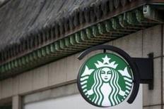 Вывеска кофейни Starbucks в Сеуле. 7 марта 2016 года. Компания Starbucks Corp отчиталась о квартальных продажах в кофейнях, рост которых оказался ниже прогнозов на всех основных рынках из-за сокращения числа посещений заведений сети. REUTERS/Kim Hong-Ji