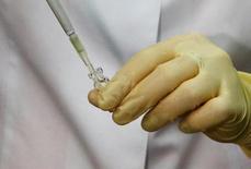 Сотрудник московской антидопинговой лаборатории проводит анализы. 24 мая 2016 года. В допинг-пробах 45 спортсменов, взятых во время Олимпийских игр в Пекине и Лондоне, после повторной проверки были обнаружены запрещенные вещества, сообщил в пятницу Международный олимпийский комитет.REUTERS/Sergei Karpukhin