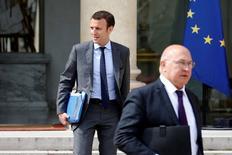 El ministro de Economía francés, Emmanuel Macron, (izq) y el ministro de Finanzas, Michel Sapin, salen del Palacio del Elíseo en París, el 13 de julio de 2016. Altos funcionarios del grupo de las siete economías más ricas del mundo quieren que las negociaciones para la salida de Reino Unido de la Unión Europea comiencen cuanto antes, dijo Sapin. REUTERS/Charles Platiau