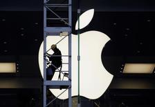Apple salió mal parada en una pequeña y corta manifestación de protesta contra Estados Unidos esta semana en China, el mayor mercado exterior de la tecnológica y un país en el que las empresas extranjeras han sufrido dañinos boicots tras disputas internacionales. En la imagen de archivo, se ve a un trabajador en la fachada de una tienda Apple en Hong Kong, el 10 de abril de 2013. REUTERS/Bobby Yip