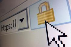 """El ícono de un candado visto en el buscador de Internet Explorer, en París. 15 de abril de 2014. La Casa Blanca presentó el martes una guía que fija cómo deben responder las agencias gubernamentales ante los ciberataques, en un intento por combatir la sensación de que la administración del presidente Barack Obama ha sido lenta en su respuesta a la sofisticada amenaza que presentan los """"hackers"""". REUTERS/Mal Langsdon"""