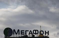 Реклама Мегафона на крыше здания в Москве. 27 февраля 2016 года. Второй по доле рынка телекоммуникационный оператор России Мегафон по итогам второго квартала 2016 года сократил прибыль за период почти в два раза - до 7,1 миллиарда рублей с 12,9 миллиарда рублей годом ранее, сообщила компания в среду. REUTERS/Grigory Dukor