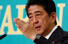 Primeiro-ministro do Japão, Shinzo Abe, durante evento em Tóquio.     21/06/2016        REUTERS/Thomas Peter/File Photo