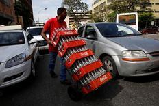 Coca-Cola a annoncé mercredi un recul de 5,1% de son chiffre d'affaires au deuxième trimestre en faisant état de conditions de marché difficiles sur plusieurs de ses marchés, notamment en Chine. /Photo prise le 24 mai 2016/REUTERS/Carlos Garcia Rawlins