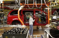 Usine Chrysler à Windsor (Ontario), au Canada. Fiat Chrysler Automobile (FCA) a déclaré mercredi un bénéfice d'exploitation en baisse de 14% au deuxième trimestre, en raison de charges liées à des rappels et à des transferts de capacités en Amérique du Nord. /PHoto d'archives/REUTERS/Rebecca Cook