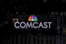 Логотипы NBC и Comcast на крыше здания в Нью-Йорке. 1 июля 2015 года. Comcast Corp в среду отчиталась о 5-процентном падении квартальной прибыли в связи с сокращением продаж киноподразделения, однако рост подразделений бизнес-услуг и высокоскоростного интернета помог результатам превысить прогнозы Уолл-стрит. REUTERS/Brendan McDermid/File Photo