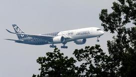 Airbus A350 на авиашоу в Германии. Airbus Group в среду обнародовала отчет о превысившей прогнозы квартальной прибыли, однако сообщила о списании $1,5 миллиарда в связи с проблемами с военно-транспортным самолетом A400M и новым лайнером A350.   REUTERS/Fabrizio Bensch/File Photo