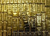 Слитки золота на заводе 'Oegussa' в Вене. 18 марта 2016 года. Цена золота стабилизировалась в районе $1.320 за унцию, а трейдеры ждут итогов двухдневного заседания ФРС позже в среду в надежде на намеки о масштабах и темпах повышения процентных ставок в этом году. REUTERS/Leonhard Foeger