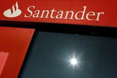 El logo de Santander, en una sucursal de Sevilla, 27 de enero de 2016. Banco Santander, el mayor banco de la zona euro por capitalización, anunció el miércoles un descenso interanual del 50 por ciento en sus ganancias netas del segundo trimestre tras verse impactado por cargos extraordinarios. REUTERS/ Marcelo del Pozo/File Photo