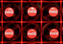 Imagen de archivo con varias botellas de Coca-Cola en Zúrich. 16 de febrero de 2011. Coca-Cola Co reportó el miércoles unos ingresos trimestrales por debajo de lo esperado, luego de que unas mayores ventas en América del Norte no lograran compensar la debilidad en muchos mercados emergentes y en desarrollo de la compañía, entre ellos Argentina y China. REUTERS/Christian Hartmann