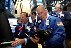 Operadores trabajando en la bolsa de Wall Street en Nueva York, jul 26, 2016. Wall Street cedía las ganancias registradas al inicio de la sesión luego de que unos decepcionantes resultados de Coca-Cola y la debilidad de los precios del petróleo contrarrestaron el impulso generado por las ganancias trimestrales de Apple.   REUTERS/Brendan McDermid
