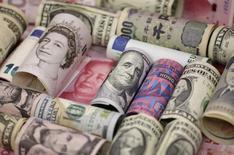 Банкноты евро, гонконгского доллара, американского доллара, японской иены, британского фунта и китайского юаня. 21 января 2016 года. Иена выросла в четверг на фоне слухов о том, что Токио воздержится от радикальных мер стимулирования на этой неделе, в то время как доллар отступил после того, как Федеральная резервная система не сигнализировала о скором повышении ставок. REUTERS/Jason Lee/Illustration/File Photo