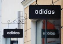 Adidas, qui annonce une hausse de 21%  de ses ventes au deuxième trimestre, relève ses objectifs annuels. /Photo d'archives/REUTERS/Grigory Dukor