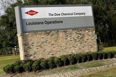 Dow Chemical, qui a annoncé un bénéfice trimestriel quasiment triplé, à suivre jeudi sur les marchés américains. /Photo d'archives/REUTERS/Jonathan Bachman