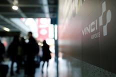 Le ministère de l'Economie a annoncé jeudi avoir choisi de céder ses parts dans l'aéroport de Nice à un consortium composé de l'italien Atlantia, l'aéroport de Rome et EDF Invest, et sa participation dans l'aéroport de Lyon au consortium composé de Vinci, la Caisse des dépôts (CDC) et Predica. /Photo d'archives/REUTERS/Stephane Mahé
