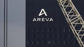 Areva a annoncé jeudi une perte réduite au titre du premier semestre 2016 ainsi qu'une prévision de cash-flow légèrement relevée, et le groupe a franchi une nouvelle étape dans la cession de son activité réacteurs à EDF. /Photo d'archives/REUTERS/Christian Hartmann