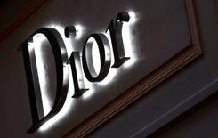 Christian Dior Couture a vu son résultat opérationnel reculer à l'issue de son exercice décalé, pénalisé par un net ralentissement de ses ventes lié à la baisse des flux touristiques à Paris et dans certains pays d'Asie. /Photo d'archives/REUTERS/Leonhard Foeger