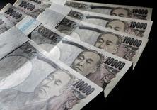 La Banque du Japon annonce un nouvel assouplissement monétaire, sans céder aux appels du pied du gouvernement qui souhaitait des mesures plus ambitieuses. /Photo d'archives/REUTERS/Yuriko Nakao