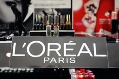 L'Oréal, qui a publié des résultats semestriels en légère hausse, à suivre vendredi à la Bourse de Paris. /Photo d'archives/REUTERS/Charles Platiau