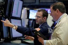 Трейдеры на Уолл-стрит. Американский фондовой рынок завершил торги четверга разнонаправленной динамикой индексов, поскольку инвесторы не придали особого значения разочаровывающей отчетности Ford и покупали акции Apple.  REUTERS/Brendan McDermid